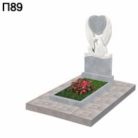 Вертикальный памятник лебедь с сердцем П89
